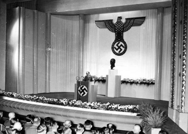 """Podczas pierwszego wiecu NSDAP, który odbył się 21 września, Arthur Geisler wypowiedział słowa, które jasno wytyczyły tory dalszego postępowania wobec mieszkańców. """"My, Niemcy, przyszliśmy jako panowie, a Polacy mają być odtąd naszymi sługami""""."""