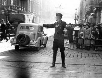 """Cyryl Ratajski przekazał zwierzchność nad miastem Niemcom. Ogłoszono przejęcie miasta w imieniu Adolfa Hitlera oraz """"wyzwolenie Niemców z polskiej niewoli""""."""