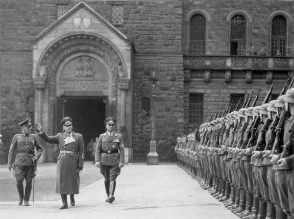 """Poznaniacy zachowywali się tak """"cywilizowanie"""", że Niemcy uznali za niezbędne organizowanie regularnych przemarszów wojsk, aby mieszkańcy nie zapomnieli, że są pod okupacją."""