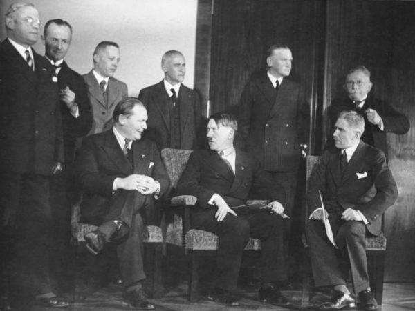 NSDAP przez lata stopniowo forsowało sobie drogę do przejęcia władzy w Niemczech. Na zdj. gabinet Hitlera po objęciu przez niego funkcji kanclerza