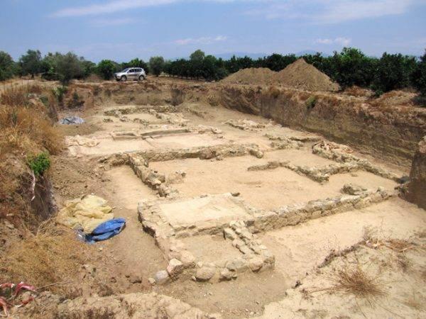 W 2001 roku dokonano odkrycia ruin z okresu klasycznego, ciągnących się prawie kilometr w głąb lądu (w tym natknięto się na jeden z murów miasta załamany w stronę morza). Ruiny zostały zidentyfikowane jako pozostałości Helike