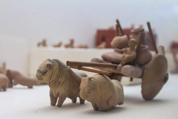 Archeolodzy do dziś zastanawiają się nad nietypowymi znaleziskami w Mohendżo Daro. Odkryto tam choćby masę przedmiotów przypominających... zabawki.