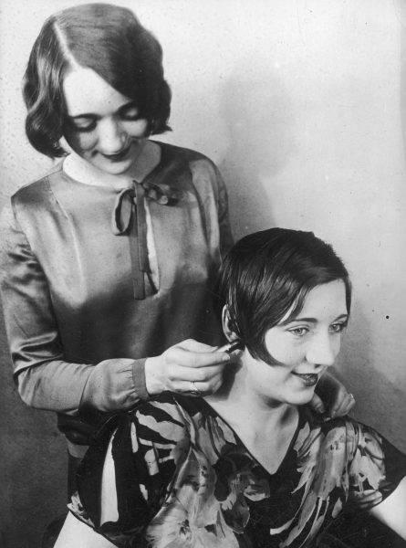 Pielęgnowane z nabożnością długie włosy stały się passé – zamiast tego modne kobiety wybierały krótkie, ondulowane pukle.