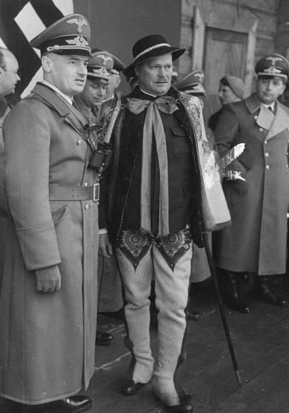 Gubernator Hans Frank (po lewej) podczas rozmowy z Wacławem Krzeptowskim (w stroju ludowym)