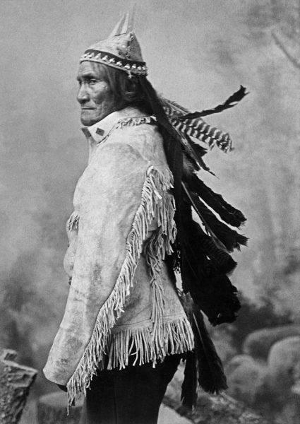 """Po przystąpieniu USA do wojny """"Geronimo"""" stało się nawet, za zgodą potomków dzielnego Apacza, oficjalnym mottem 501. Pułku Piechoty Spadochronowej wpisanym w insygnia jednostki."""
