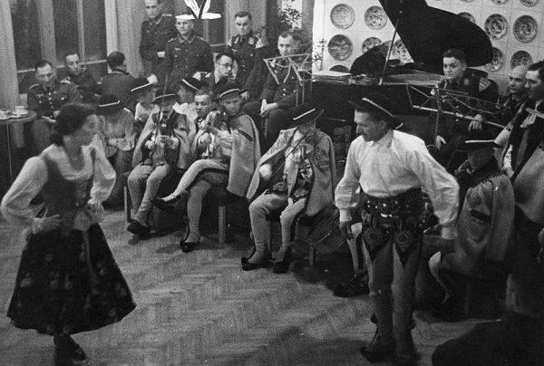 Występ taneczny górali dla żołnierzy niemieckich