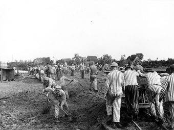 """Więźniowie """"ewakuowani"""" przez nazistów z KL Neuengamme zginęli z rąk alianckich pilotów. Był to jeden z najtragiczniejszych przypadków bratobójczego ognia podczas II wojny światowej"""