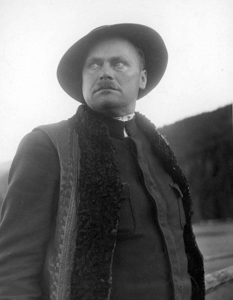 Krzeptowski nie miał ani wykształcenia (skończył jedynie 6 klas podstawówki), ani – wedle relacji jemu współczesnych – nie był specjalnie błyskotliwy.