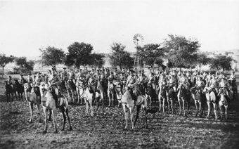 Kompania jeźdźców na wielbłądach niemieckiego Schutztruppe podczas powstania Herero, 1904
