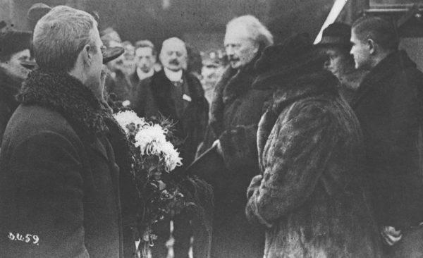 Ignacy Jan Paderewski wśród osób witających go na dworcu w Poznaniu.