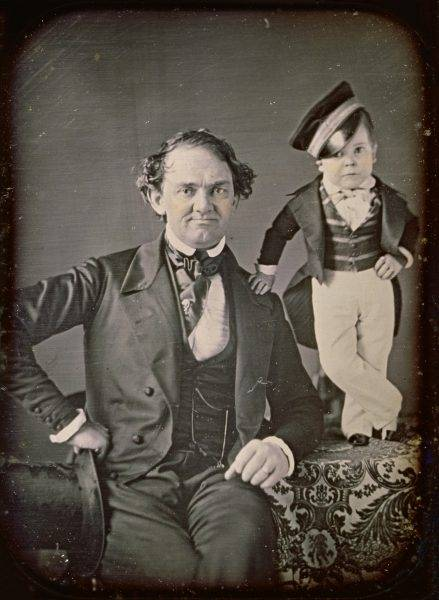 """Za jedną z pierwszych takich """"instytucji"""" uznaje się wystawę zorganizowaną w 1835 roku przez amerykańskiego właściciela cyrku – Phineasa Taylora Barnuma, uważanego za prekursora współczesnego przemysłu rozrywkowego."""