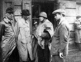 """Oto ważyły się losy Powstania. O jego rozpoczęciu miało zadecydować trzech mężczyzn – Tadeusz Pełczyński, Leopold Okulicki i Tadeusz """"Bór"""" Komorowski."""