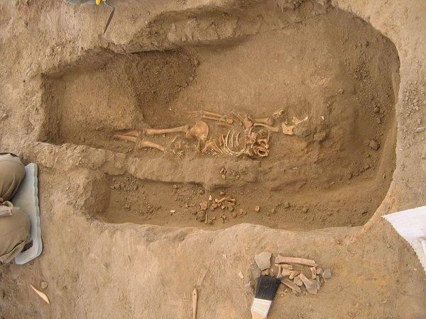 Zmarłych chowano we własnych domach – pod podłogą, w pozycji embrionalnej, czasem z niewielką liczbą przedmiotów.