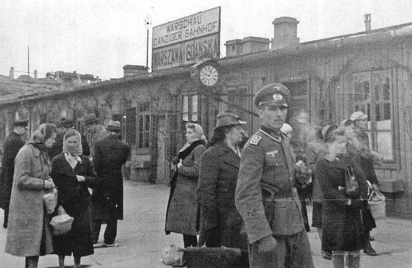Dworzec Gdański stanowił swego rodzaju barierę rozdzielającą oddziały AK na Starym Mieście i Żoliborzu.