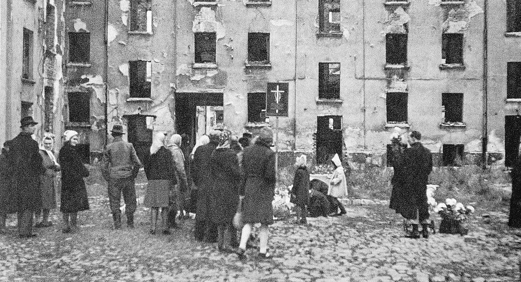 W Powstaniu Warszawskim zginęło 180–220 tysięcy cywili, całkowicie bezbronnych ludzi. Nikt tego dokładnie nie policzył i nigdy już nie policzy. Straty wśród powstańców to 18–20 tysięcy zabitych.