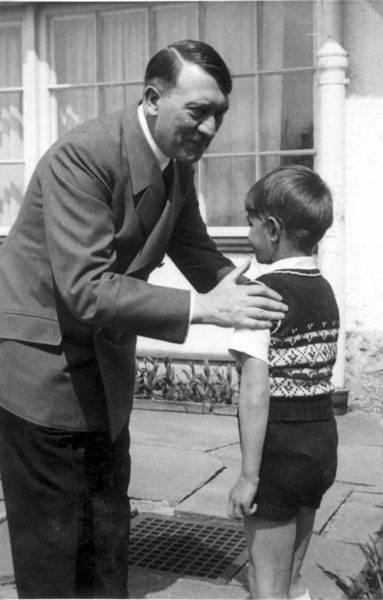 Hitler lubił pokazywać się z dziećmi i młodzieżą.
