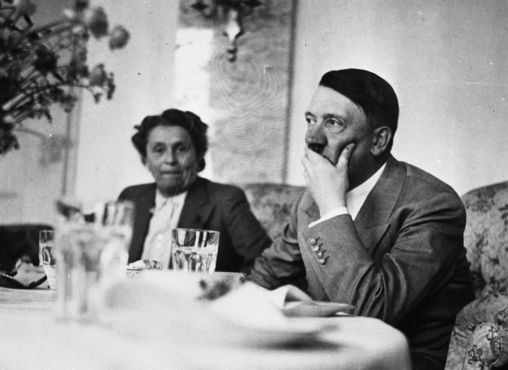 Doświadczenia erotyczne Hitlera, jego upodobania łóżkowe, ewentualne zaburzenia i perwersje otacza po dziś dzień aura tajemnicy.