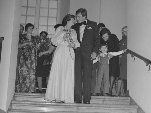 Faktycznie, seks przedmałżeński nie był w PRL-u jakoś szczególnie piętnowany, oficjalnie jednak erotyczna bliskość pozostawała zarezerwowana dla męża i żony. Regułą, zwłaszcza w mniejszych miejscowościach, było czekanie ze zbliżeniami do ślubu.