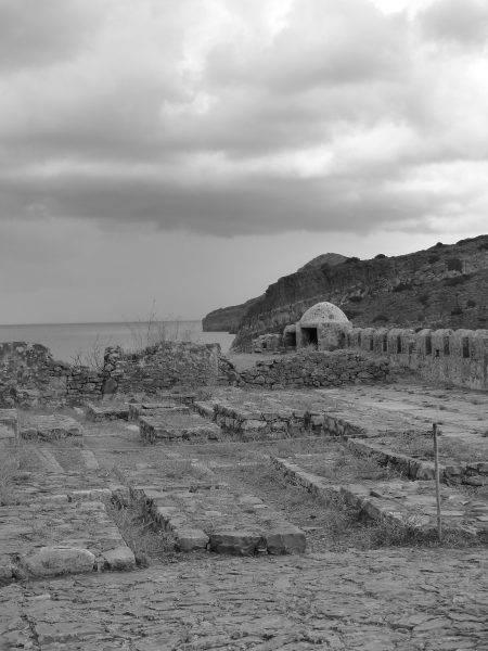Wielu chorych przez długi czas musiało samodzielnie zajmować się swoimi ranami, a zmarłych na wyspie chowano w bezimiennych grobach.