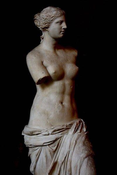 Rzeźbione postacie były najczęściej nagie z dwóch powodów – nagość ukazywała doskonałość ludzkiego ciała, a rzeźbiarz, tworząc swoje dzieło, mógł popisać się artystycznym kunsztem