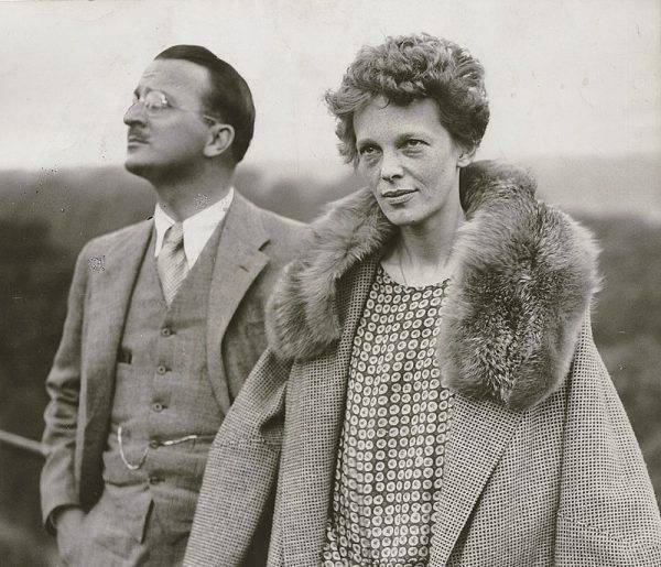 Earhart zaangażowała się w działalność na rzecz praw kobiet, zostając prezesem organizacji zrzeszającej pilotki na całym świecie.
