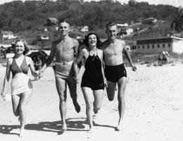 Szczególnie w przypadku kobiet niektóre elementy odzieży stawały się odbiciem emancypacji, podkreślając proces wyzwalania się w różnych dziedzinach życia. Jednym z nich był strój kąpielowy.