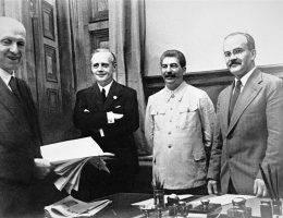 Przed przyjazdem do Moskwy von Ribbentropa, byli tam już Francuzi i Brytyjczycy. Mieli prowadzić rozmowy z Rosjanami. W jakim celu?
