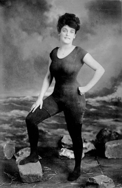 Annette Kellerman w jednoczęściowym kostiumie pływackim