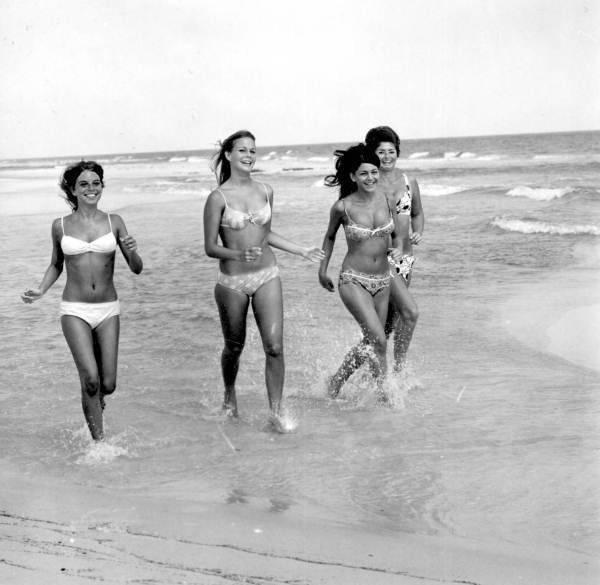 Dopiero w latach 60. wraz z nadejściem rewolucji seksualnej i pojawieniem się pierwszych ruchów kontrkulturowych bikini zyskało popularność
