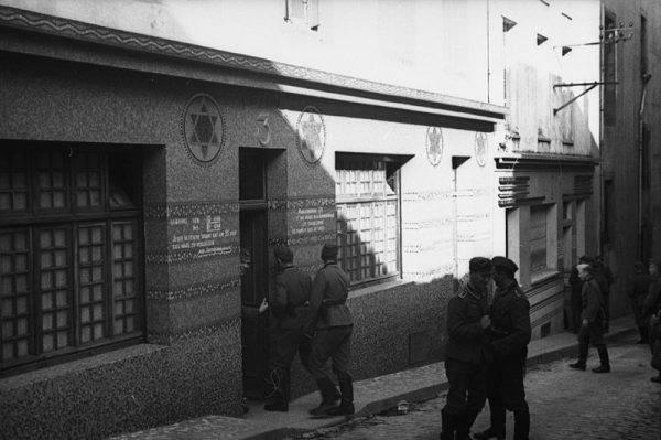 Niemieccy żołnierze wchodzący do francuskiego burdelu