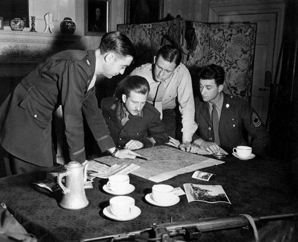 Od czasu inwazji Hitlera i ewakuacji Dunkierki wywiad brytyjski niemal całkowicie stracił kontakt ze swoim najbliższym kontynentalnym sprzymierzeńcem. Większość agentów z kiedyś rozległej siatki w całej Francji uciekła, zginęła, albo była spalona.