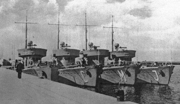 Zespół trałowców typu Jaskółka, które miały towarzyszyć Gryfowi podczas operacji Rurka