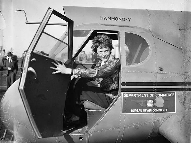 Amelia Earhart jako pierwsza kobieta na świecie pokonała samolotem Ocean Atlantycki.