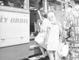 Od końca lat 60. po początek lat 90. – jak przed wiekami – karawany kupców przemierzały Europę i Azję. Tym razem byli to... Polacy w dużych i małych fiatach, autobusach, pociągach.
