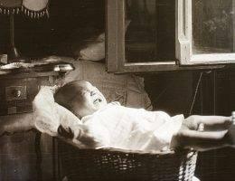 Już w 1884 rokudoktor Luther Emmett Holt zalecał ustawianie specjalnych wiklinowych koszy dla niemowląt w pobliżu otwartych okien. Jednak niektórzy rodzice poszli o krok dalej