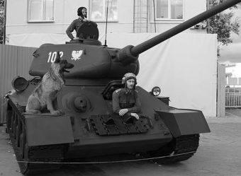"""Czerwonoarmistów walczących z """"Gieringami"""" wspomagali polscy czołgiści. W boju szczególnie wyróżniła się załoga czołgu nr 102 pod dowództwem porucznika Wacława Feryńca."""